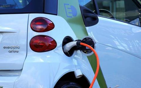 Elektrische auto's loeizwaar: 'Asfalt slijt er harder door, dus vaker onderhoud'