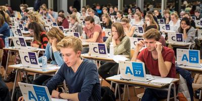 Studenten maken een tentamen op een Chromebook aan de Universiteit Utrecht.