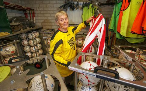 Tiny Landman in het materialenhok van De Blesse, met het shirt dat ze 52 jaar geleden voor het eerst droeg.
