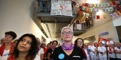 Actievoerders luisteren naar toespraken in de gang van het MCL. FOTO NIELS WESTRA