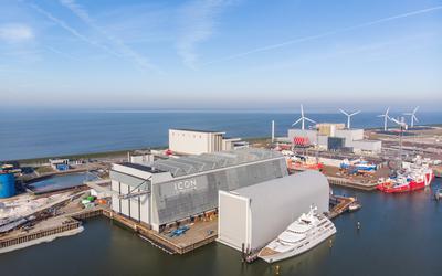 Het droogdok en het drijvende dok van superjachtbouwer Icon Yachts in de Harlinger Industriehaven.