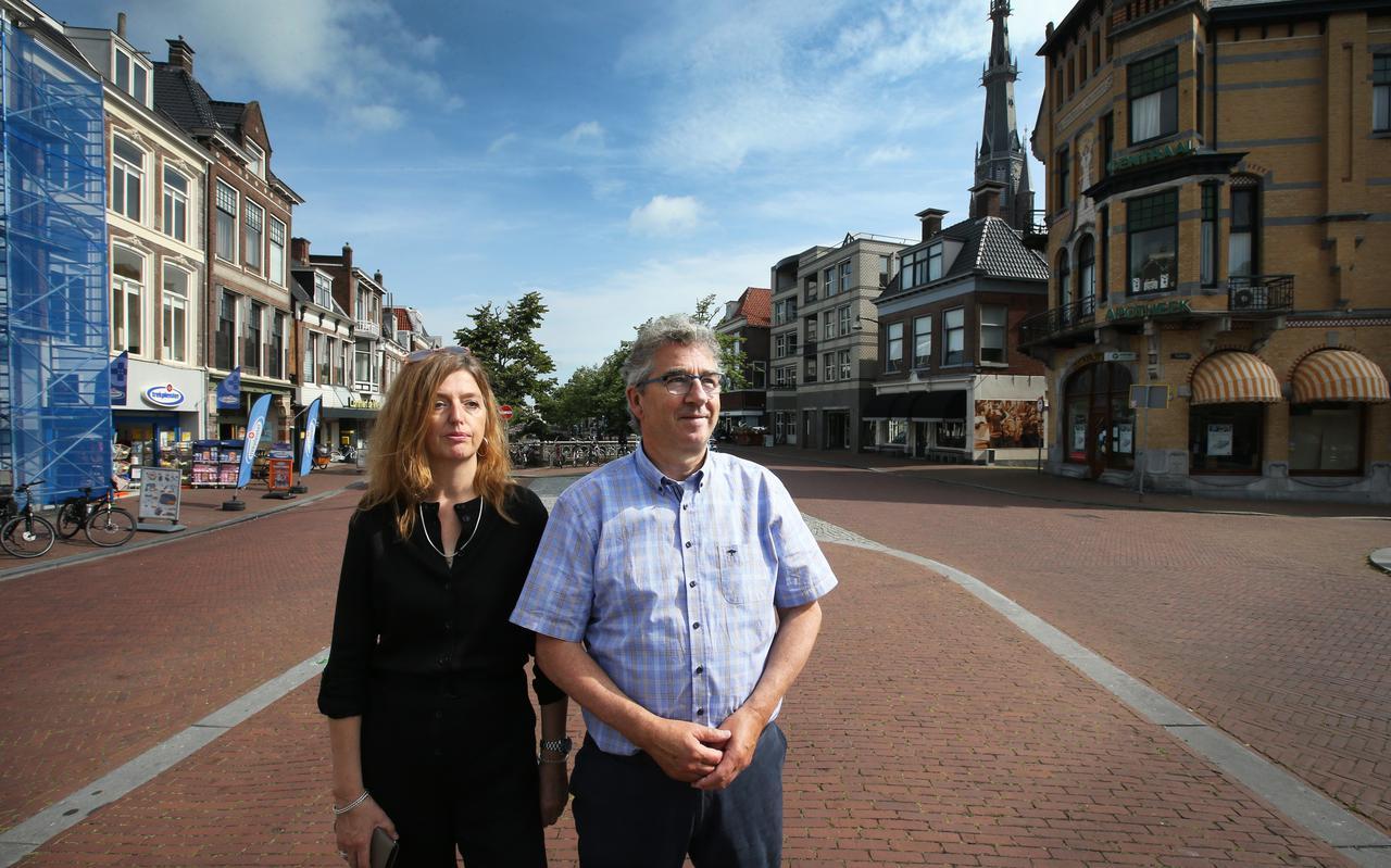 De ondernemers Siep Koelmans en Margret Jagersma op de Voorstreek. Rechts de monumentale apotheek en de Bonifatiustoren.