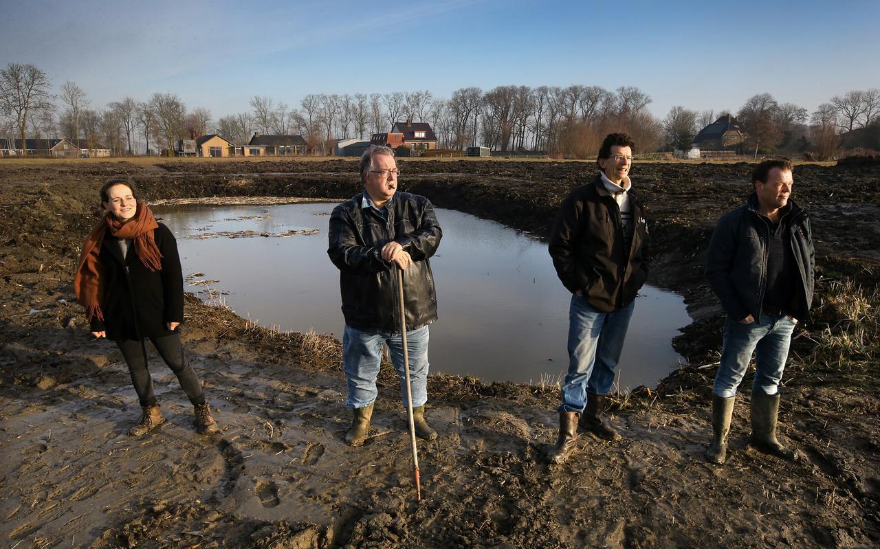 Landschapsarchitecte Ilse van Zuilen, Sybe Bloem, Doeke de Jong en Peter Groothoff bij de originele Roodbaard-vijver die nog steeds op het stateterrein ligt.