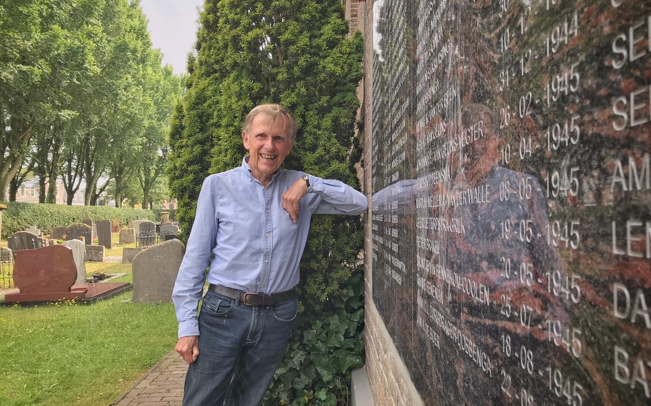 Arend Maris bij de nieuwe gedenksteen op de Grote Kerk van Schiermonnikoog.