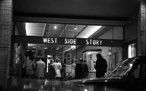 Bezoekers wachten bij de Tivoli-bioscoop tot ze naar binnen kunnen bij West Side Story, circa 1970