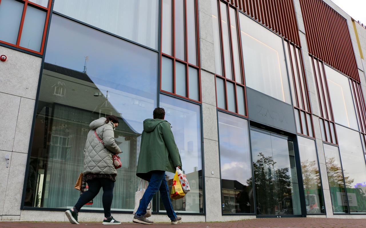 Het pand waar Zara in was gevestigd, aan de Nieuwestad in Leeuwarden. De letters zijn al van de gevel gekrabd. FOTO LC/ARODI BUITENWERF