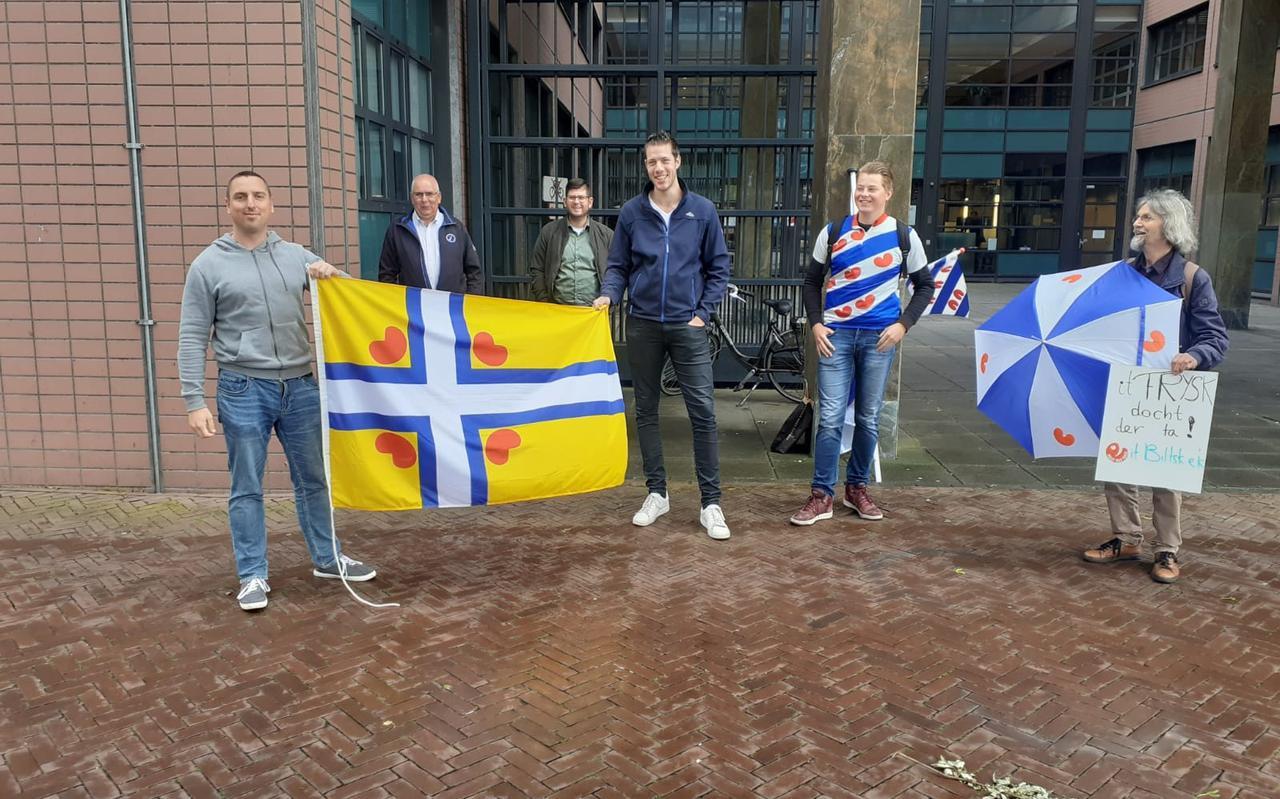 De Jongfryske Mienskip betuigde steun aan Elzinga bij de ingang van de rechtbank FOTO SJOERD GROENHOF