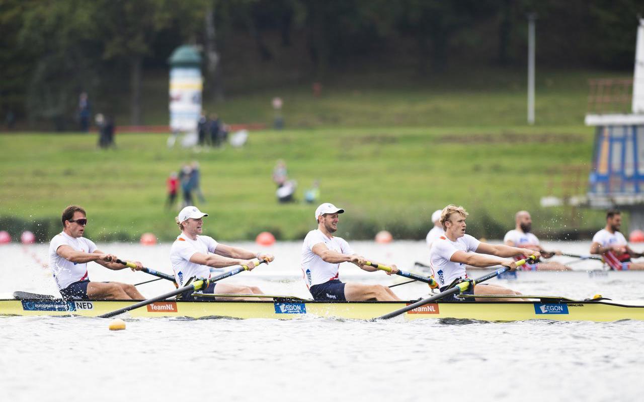 Jan van der Bij, Boudewijn Röell, Sander de Graaf en Nelson Ritsema (vanaf links) in de vier-zonder op weg naar de Europese titel.