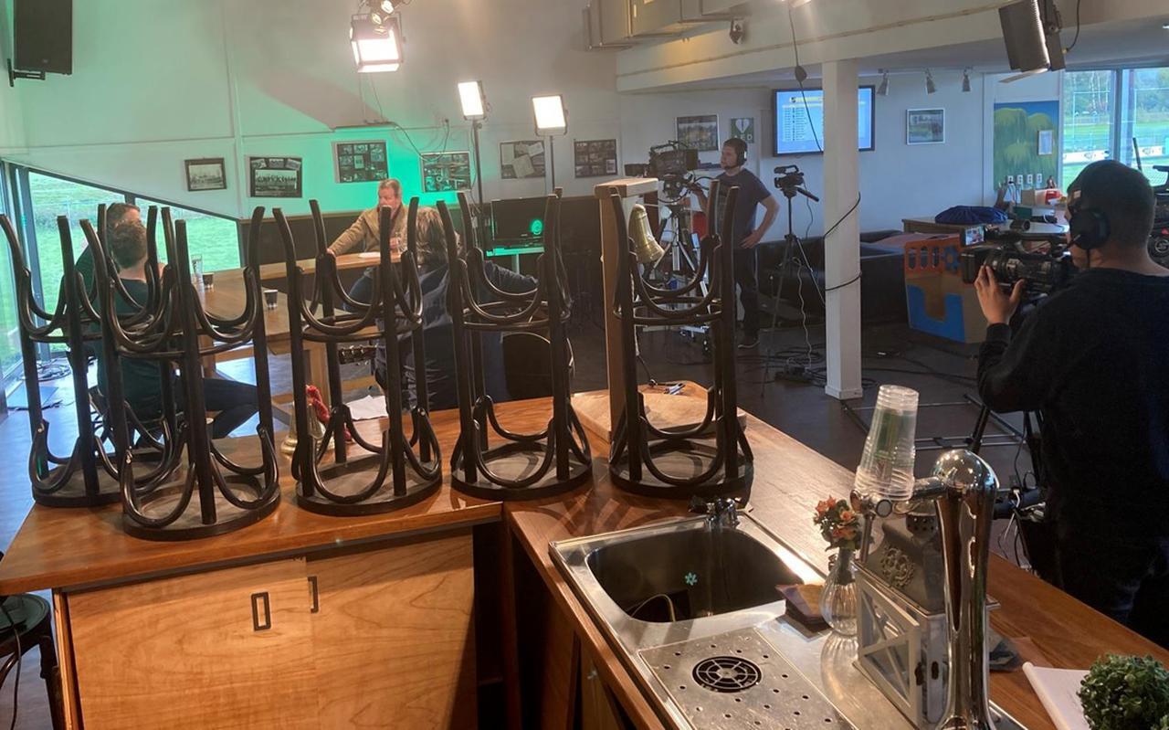 Kijkje tijdens de opnames van De lege kantine in het clubhuis van GAVC. Gezeten onder de witte lamp interviewt Walter Miedema zijn tafelgasten. FOTO LC