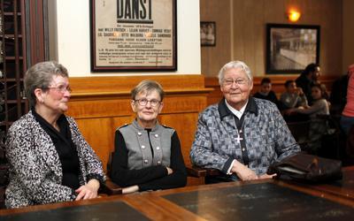 Atsje Brattinga (rechts) samen met Jantsje Flapper (midden). Zuster Atsje verbleef wel eens bij Flapper als ze tijdelijk in Nederland was.