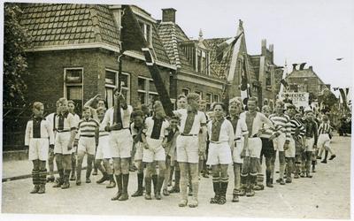 Bevrijdingsoptocht met de Amsterdamse voetballertjes op de Herenwal in Heerenveen, op 15 april 1945.
