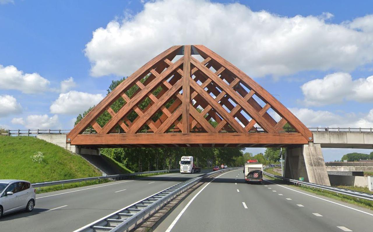 Een van de houten bruggen boven de N7.
