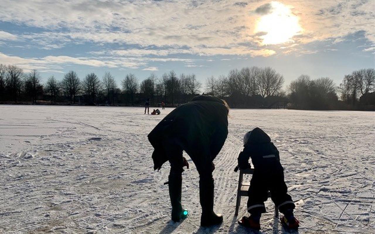 Jeroen Poos en zoontje Faas (4) op het ijs in de buurt van de Grote Wielen.