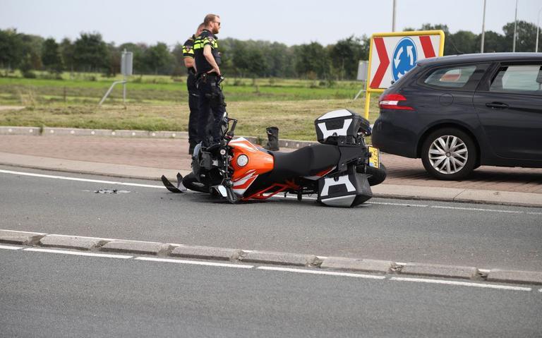 Motorrijder gewond bij aanrijding met auto op rotonde N356 bij Nijega.