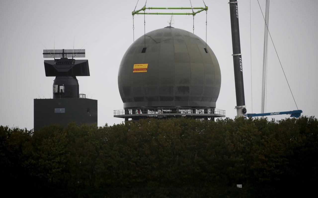 De nieuwe radar (links) en de oude van de Defensiepost in Wier.