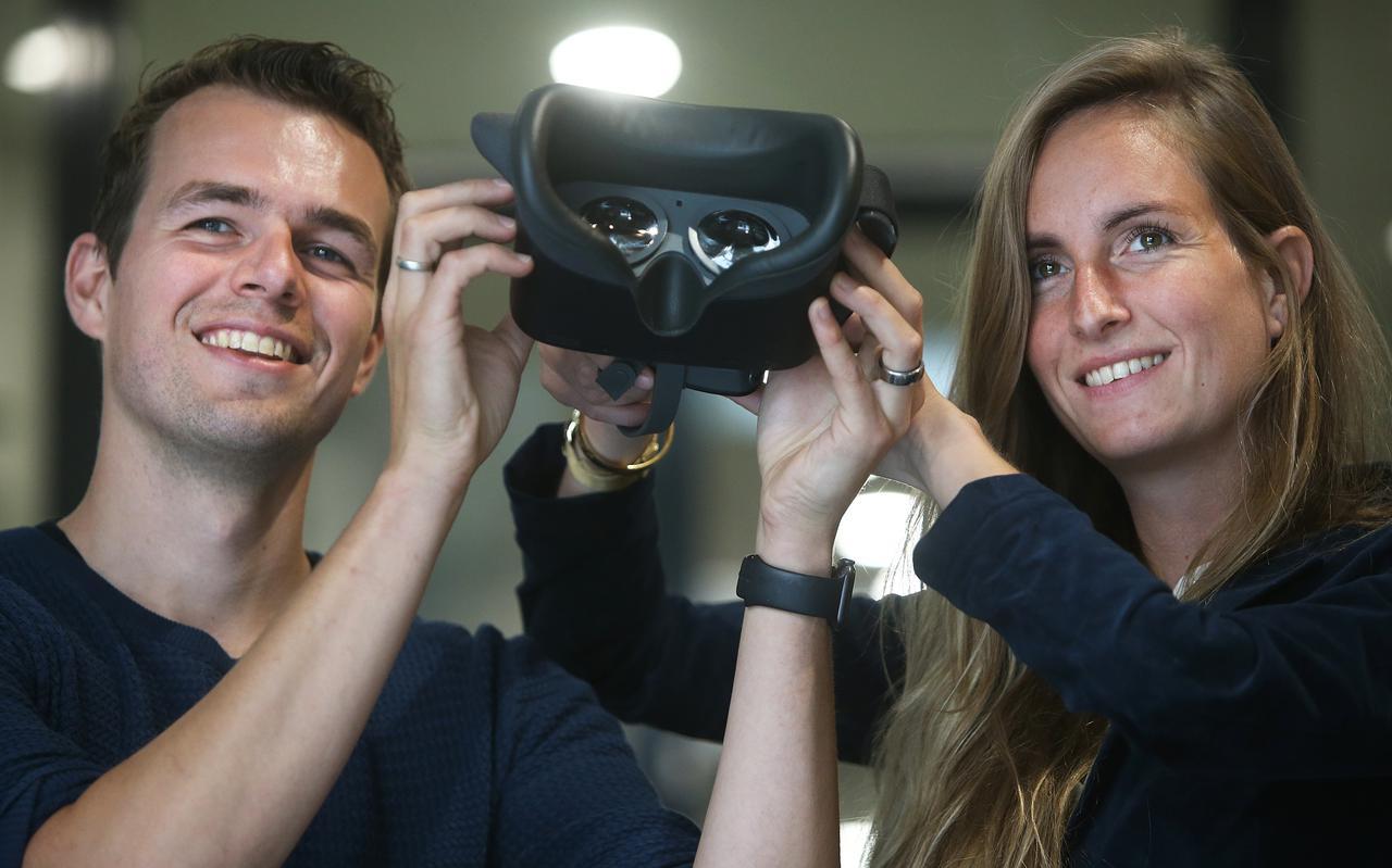 Louis Zantema toont de VR-bril voor behandeling van chronische pijn, samen met zijn zakenpartner Margryt Fennema.
