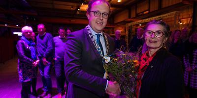 Baukje de Vries krijgt de felicitaties van loco-burgemeester Friso Douwstra. FOTO JACOB VAN ESSEN