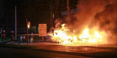 Auto's in vlammen op.