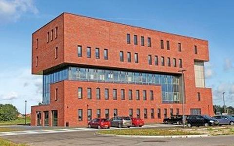 In het portfolio van Van der Heide Bouw prijkt onder meer dit accountantskantoor langs de A32 bij Steenwijk.