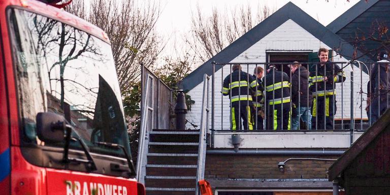 De brandweer bevrijde de Terschellinger Instagram-kat Hidde uit zijn benarde positie. FOTO PRONEWS
