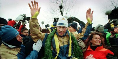 Henk Angenent viert zijn winst in de Elfstedentocht van 4 januari 1997. FOTO REUTER