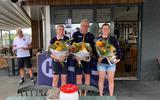 Tirion-kampioen Frids Fridsma uit Woudsend wordt geflankeerd door zijn bemanningsleden Sandra van der Sluis en Wieke Dijkstra.