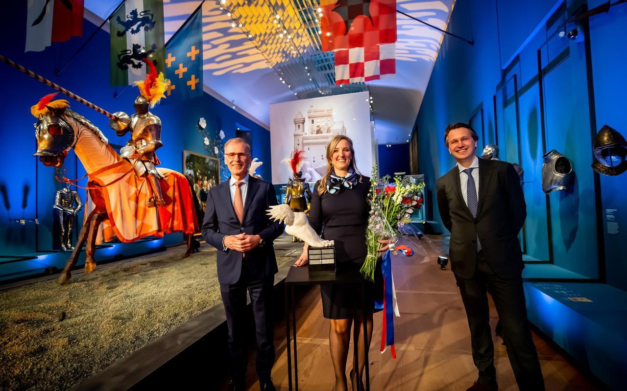 Annemarie Jorna in de Hermitage, geflankeerd door de vertrekkende juryvoorzitter Cees 't Hart en zijn opvolger Eelco Hoekstra van tankopslagbedrijf Vopak.
