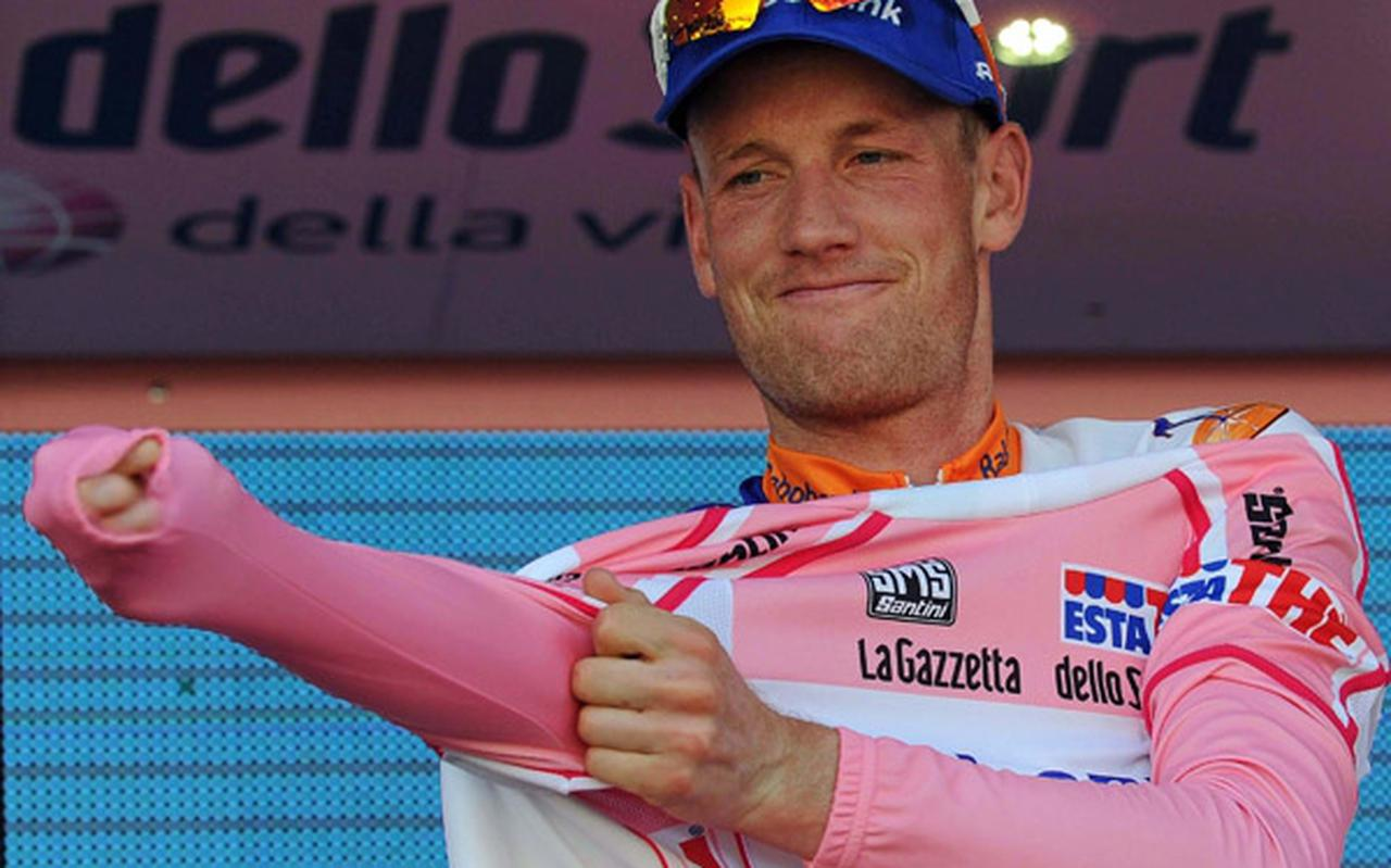Pieter Weening trekt de roze leiderstrui aan in de Ronde van Italië van 2011.