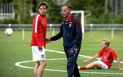 Trainer Jan Piet Bosma van Harkemase Boys met een deel van zijn selectie.