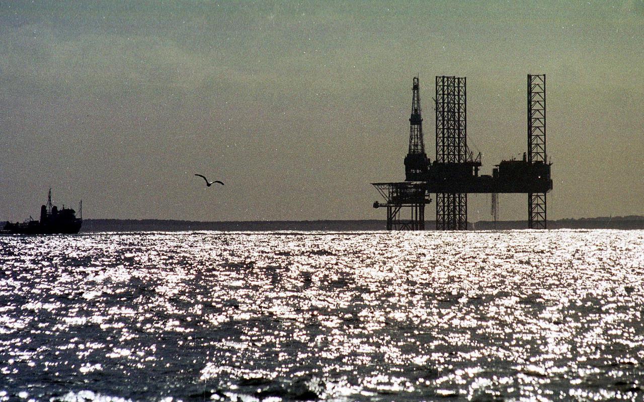 Een boorplatform op de Noordzee ten noorden van Ameland. FOTO ARCHIEF