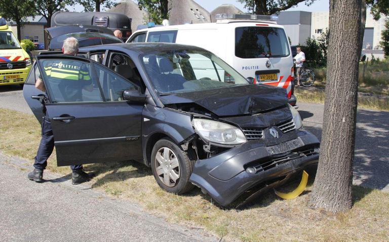 Automobilist vlucht meerdere keren na botsing met boom in Surhuisterveen.