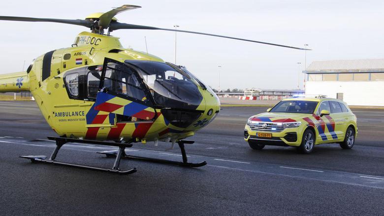 De nieuwe traumahelikopter en rechts de nieuwe auto die het Mobiel Medisch Team moet vervoeren wanneer het weer te slecht is om te vliegen.
