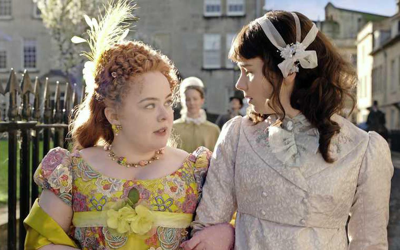 Coughlan als Penelope Featherington met haar beste vriendin Eloise Bridgerton (Claudia Jessie).
