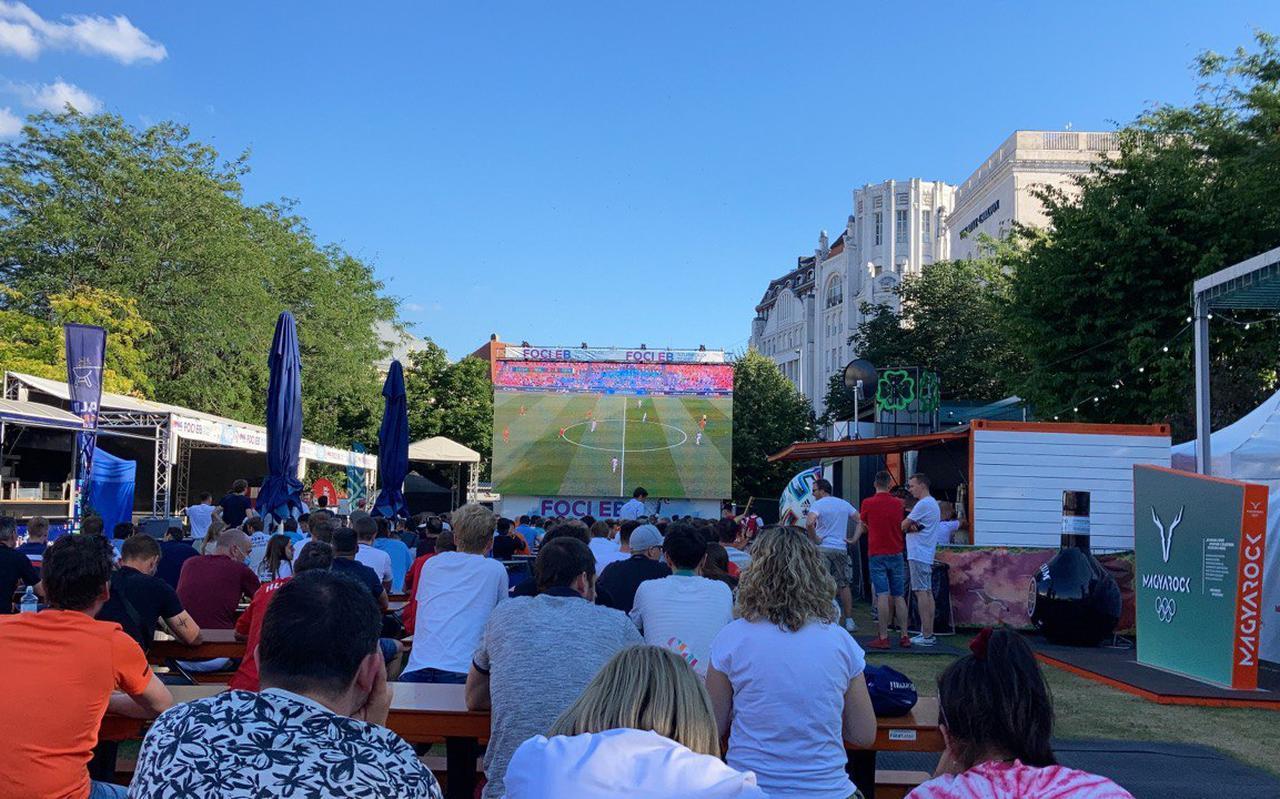In hartje Boedapest kijken Oranjesupporters naar de wedstrijd Wales-Denemarken.