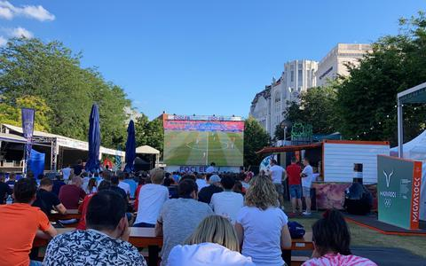 Oranjefans vieren feest in 'corona-vrij Boedapest'