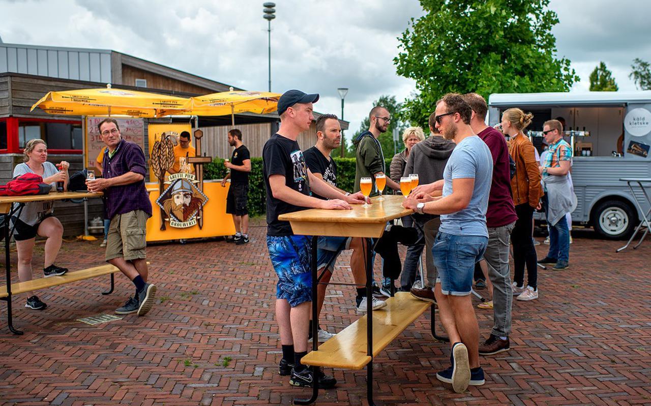 Een groep jongeren uit Garyp laat zich de Friese speciaalbiertjes goed smaken. FOTO JILMER POSTMA