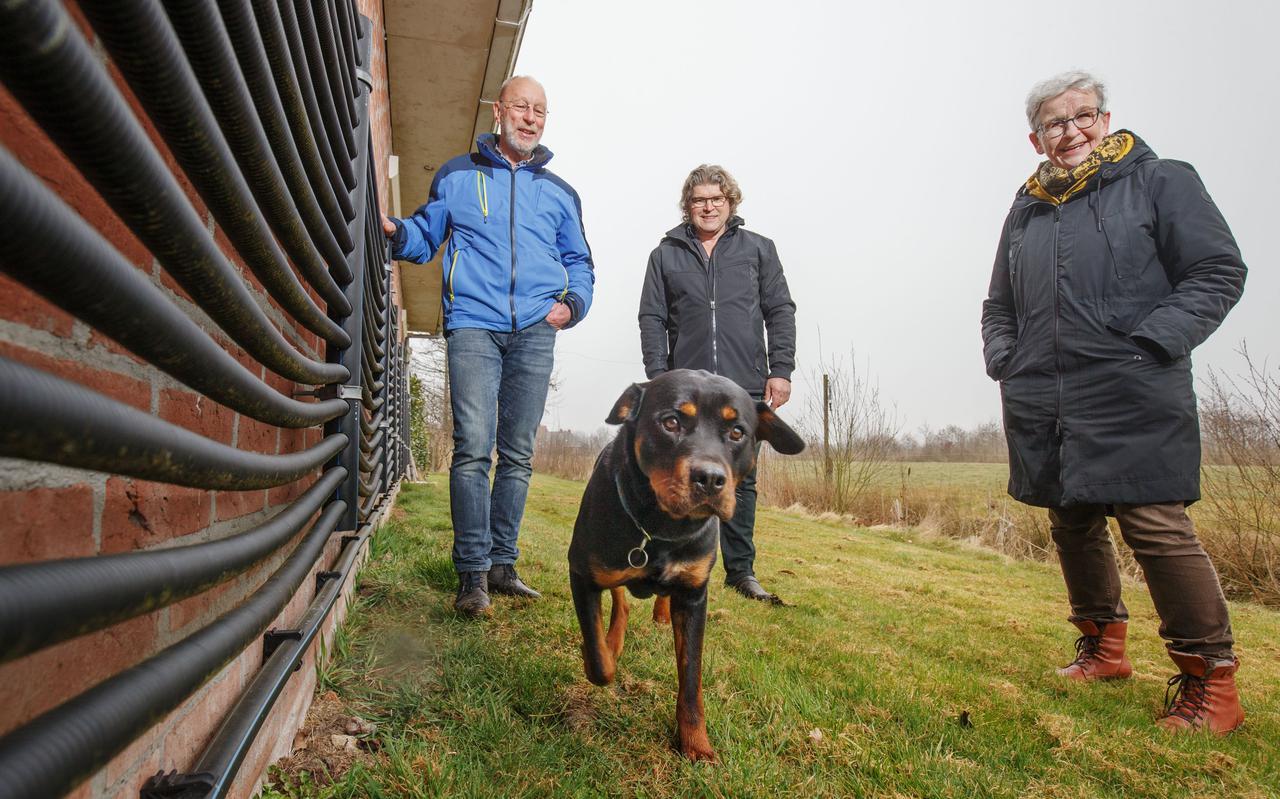 Pieter de Kroon, Frans Pool en Janny Janssen van WEN. Links op de links een zogeheten sunflexscherm, onderdeel van het verwarmingssysteem van Pool: een warmtepomp met aardaccu.