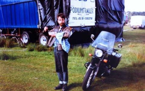 Joop Mulder, lang geleden voor een podiumtrailer van Gigs, het vroegere bedrijf van Jan Gaastra.
