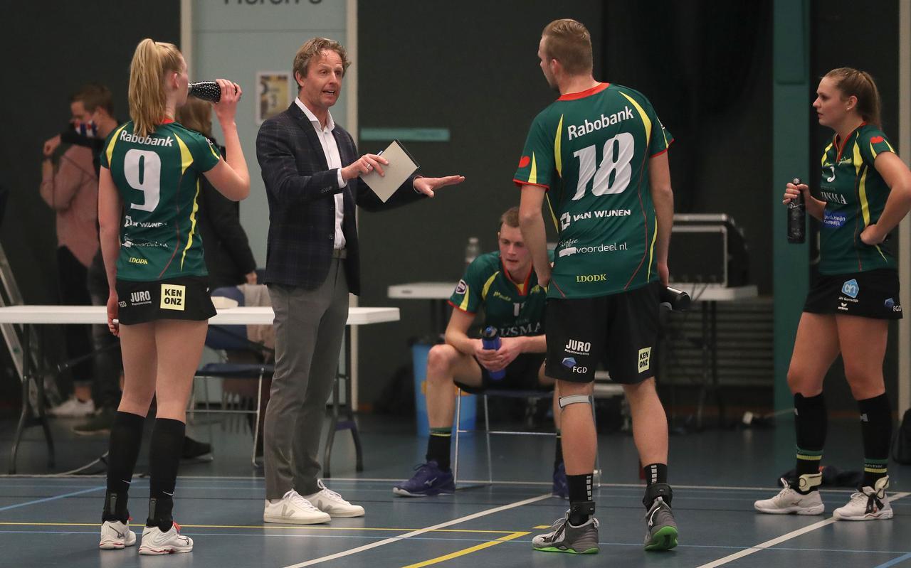 Coach Henk Jan Mulder instrueert de spelers van LDODK.