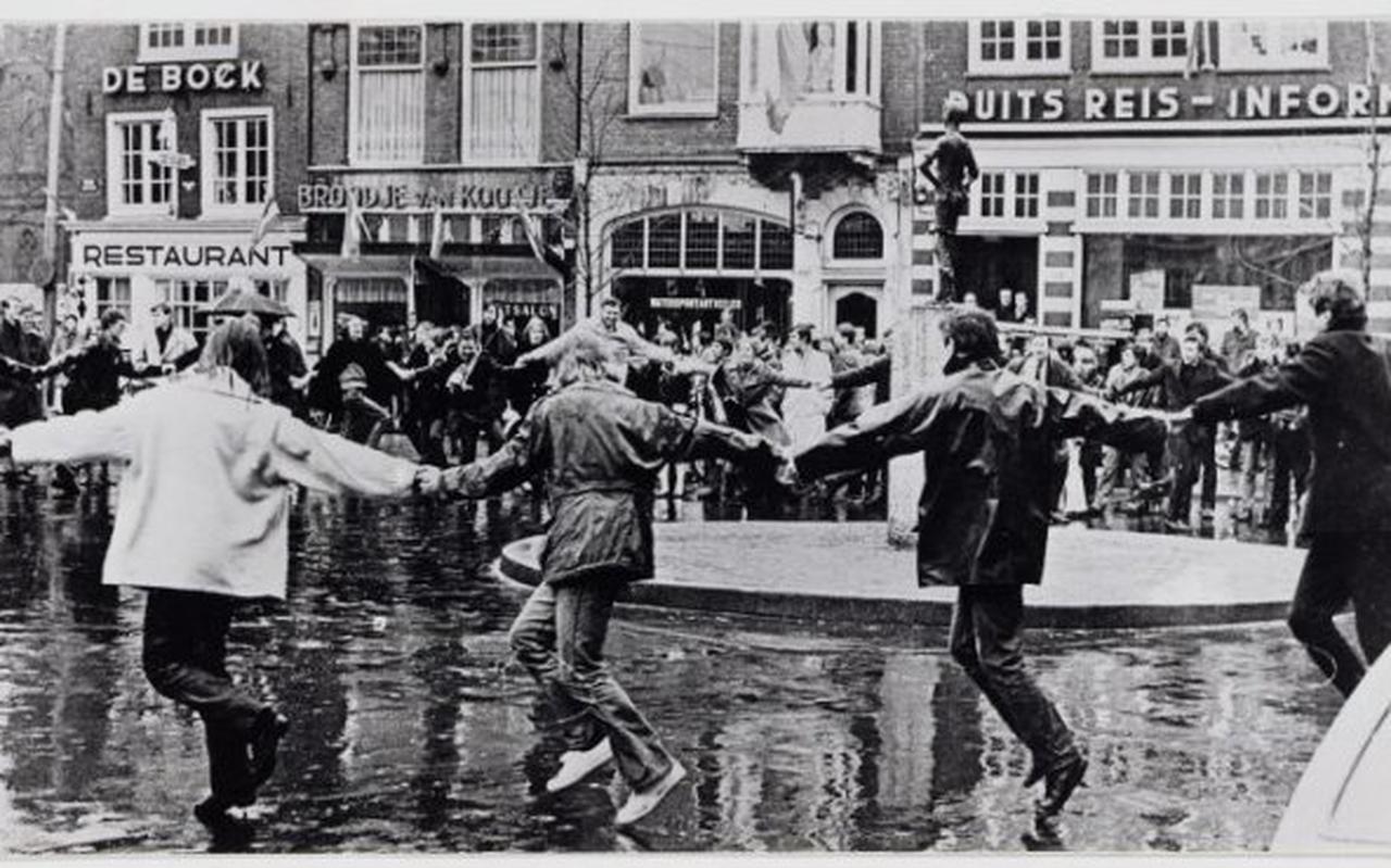 Een 'happening'  bij het Lieverdje in Amsterdam