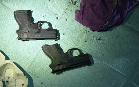 Aangetroffen pistolen. FOTO OM