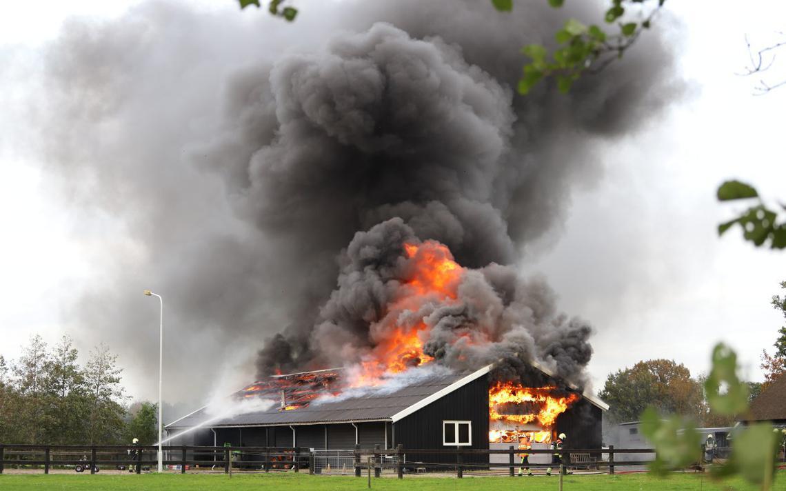 Bedrijfspand Noardburgum volledig uitgebrand, naastgelegen boerderij gered - Tytsjerksteradiel - Leeuwarder Courant