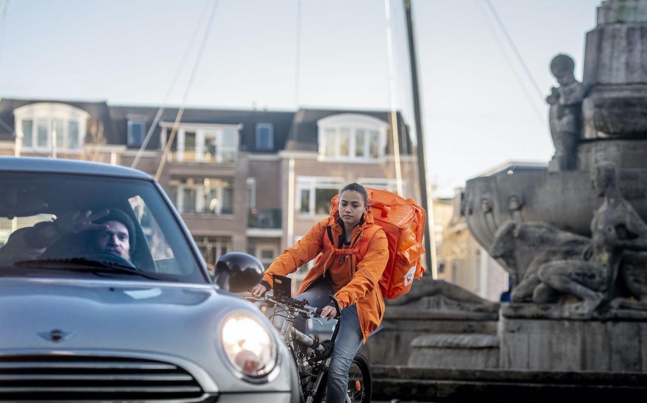 Een bezorger van Thuisbezorgd in het centrum van Leeuwarden.
