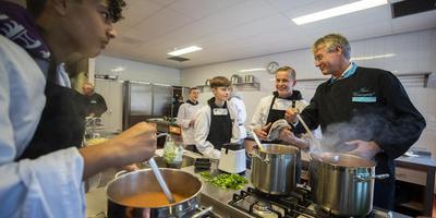 Vmbo'ers van het Oosterlicht College in Vianen bereiden een lunch met minister Arie Slob van Onderwijs, tijdens een werkbezoek vorige maand. FOTO ANP