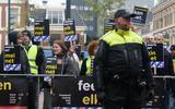 Politiebescherming voor het vak dat tijdens de intocht van Sinterklaas in Leeuwarden was afgezet voor demonstranten van Kick Out Zwarte Piet en sympathisanten.