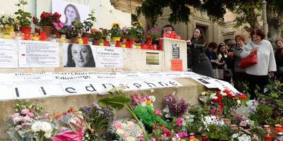 Bloemen en kaarsen bij het monument voor de vermoorde journaliste Daphna Caruana Galizia in Valletta. FOTO AFP