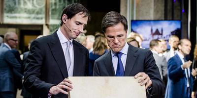 Minister Wopke Hoekstra en premier Mark Rutte, vorig jaar na het aanbieden van het koffertje met de Miljoenennota. FOTO ANP