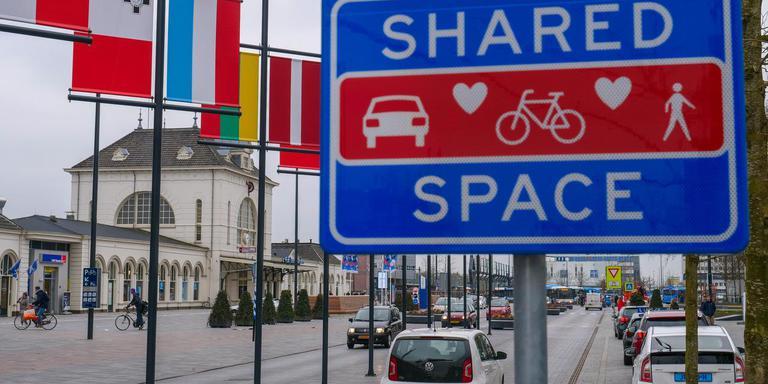 Shared space bij het station in Leeuwarden. FOTO LC/Arodi Buitenwerf