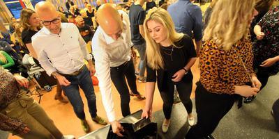 Studenten en docenten van ROC Friese Poort leveren hun smartphones in. FOTO NIELS WESTRA