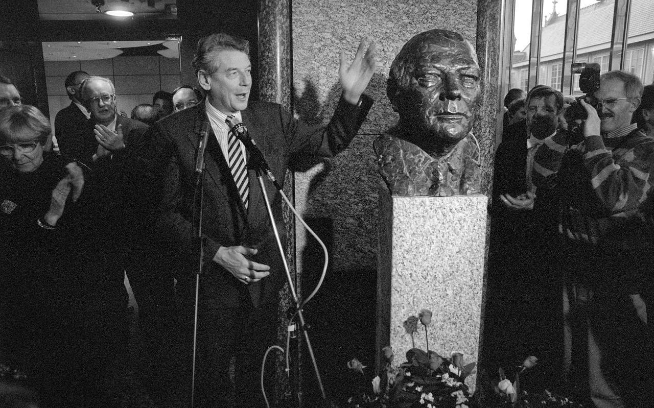 Wim Kok onthulde in 1992 in Den Haag een borstbeeld van Joop den Uyl.